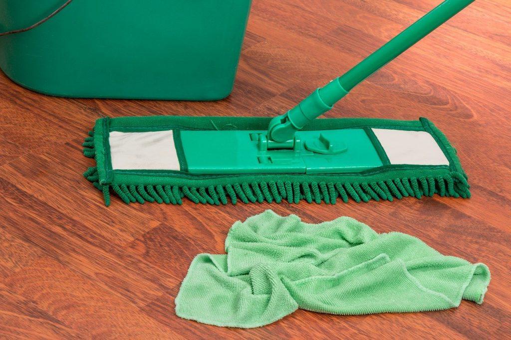 ניקיון יסודי של הרצפה עם מגב וסמרטוט